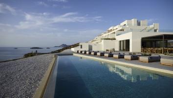 Forbes και Vanity Fair επαινούν το εντυπωσιακό White Coast Pool Suites