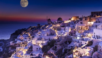 Where to enjoy the August full moon in Greece